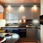 Серые кухонные шкафы до потолка с подсветкой
