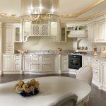 Шикарная классическая кухня со шкафчиками и полками до потолка