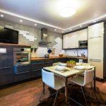 Шкафчики и пенал до потолка на кухне