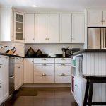 Шкафы до потолка на белой современной кухне