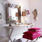 Складной туалетный столик и стул в небольшой комнате