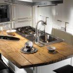 Современная кухня с островом из натурального дерева