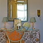 Стеклянный столик с тканевыми занавесками