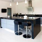 Стильная современная кухня без навесных шкафов