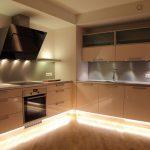 Стильное решение для кухни - шкафы до потолка