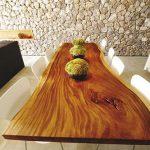 Стол с деревянной столешницей неправильной формы
