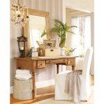 Столик для макияжа с зеркалом из дерева