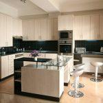 Светлая современная кухня с высокими навесными шкафами