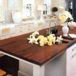Темная деревянная столешница для светлой кухни