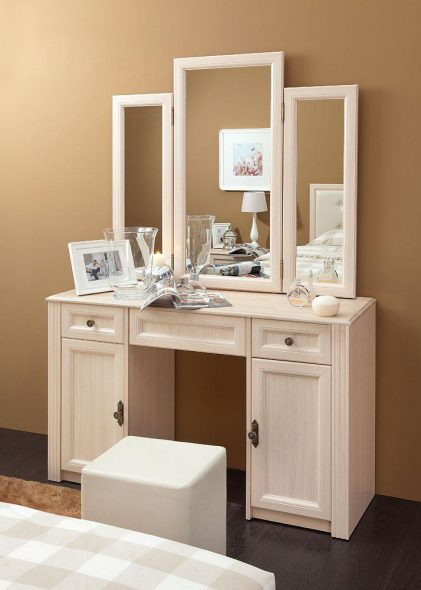 Трельяж - стол, оборудованный зеркалом с тремя створками