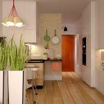 Уютная кухня с высокими вместительными шкафчиками