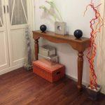 Узкий консольный столик для декора в интерьере