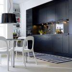 Высокая черная кухня до потолка
