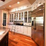 Высокие шкафчики-антресоли и лестница на кухне