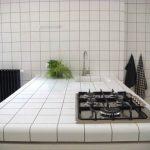 Идеальная белая столешница на кухне из плиток