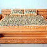 Красивая кровать с выдвижными ящиками и прикроватными тумбами