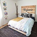 Кровать и спинка, прикрепленная на стену в необычном оформлении