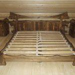 Кровать с фигурным обрамлением в стиле рустик