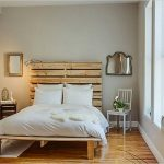 Кровать со спинкой из поддонов