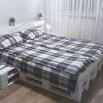 Недорогая, прочная и удобная кровать из поддонов своими руками