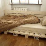 Односпальная кровать из поддонов в углу комнаты