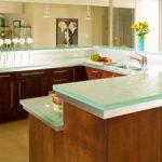 Стеклянная столешница на кухне - стильно и красиво