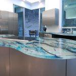 Стеклянную столешницу в интерьере кухни как оформить?