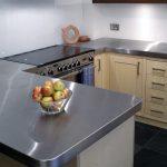 Установка металлической столешницы на кухне