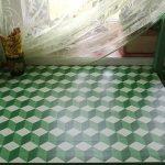 Зеленая столешница с рисунком в виде трехмерных кубов