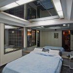 Фрагмент с зеркалами на потолке в спальне
