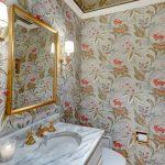 Красивая цветочная ванная комната с зеркальным потолком