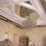 Красивый зеркальные фрагменты на потолке классической гостиной