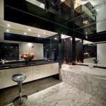 Красивый зеркальный потолок идеально смотрится в ванной комнате