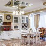 Кухня-столовая в классическом стиле с зеркальным потолком