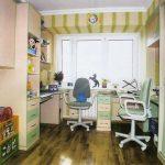 Письменные столы для двоих детей с полками над ними