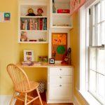 Письменный стол для школьника в интерьере детской