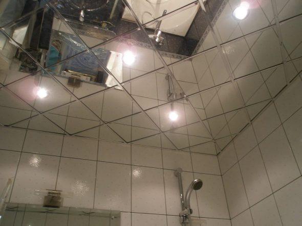 Подшивной зеркальный потолок в ванной