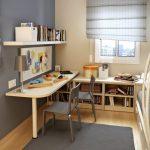 Полка над столом и стеллаж внизу для книг в комнате школьника