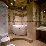 Просторная ванная комната с потолком из зеркальных плиток