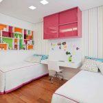 Розовая полка с раздвижными дверцами в детской для девочек
