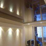 Сплошной зеркальный потолок в комнате