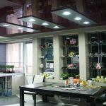 Темный зеркальный подвесной потолок на кухне