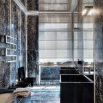 Ванная комната с отделкой из мрамора и зеркальным потолком