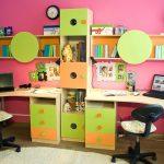 Яркая детская комната с комплектом мебели - столами, стеллажом и полками