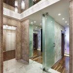 Зеркальный потолок и зеркало на всю стену делают коридор глубоким и объемным