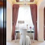 Зеркальный потолок в спальне над туалетным столиком