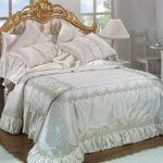 Белоснежное шелковое покрывало с подушками
