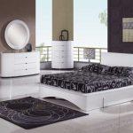 Белый спальный гарнитур в современной спальне