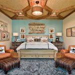 Большая спальня с симметричным расположением мебели