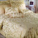 Декоративное покрывало на кровать в бежевый-золотистом цвете